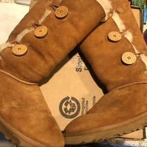 Ugg boots women's camel color in great condition.